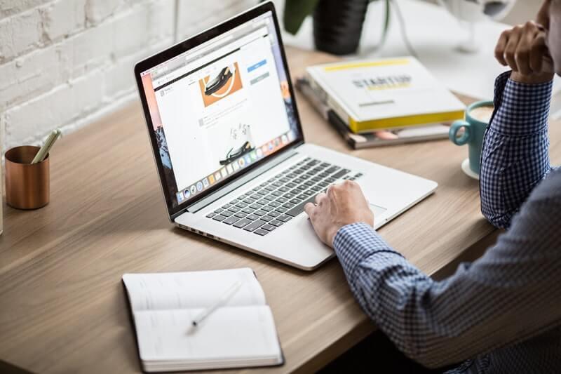 Seorang pria di depan laptop