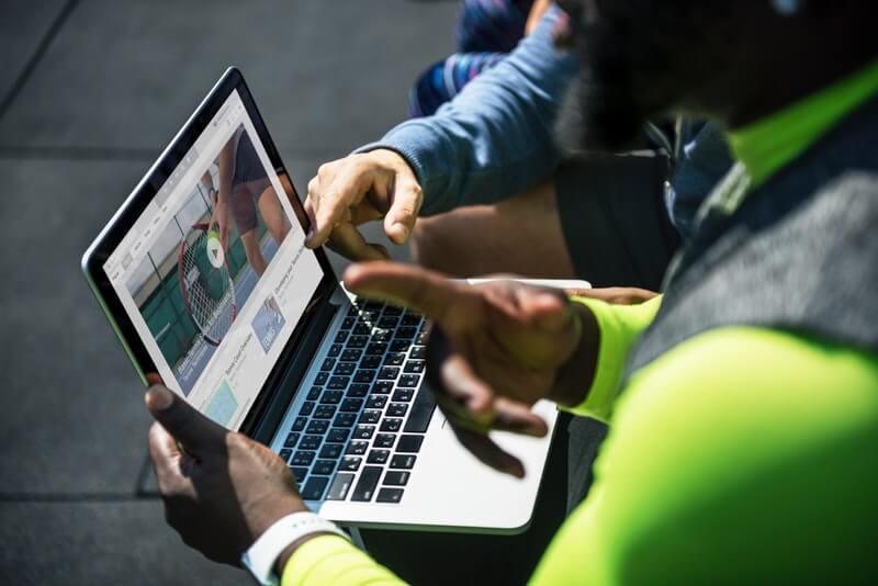 Orang-orang menonton video di laptop