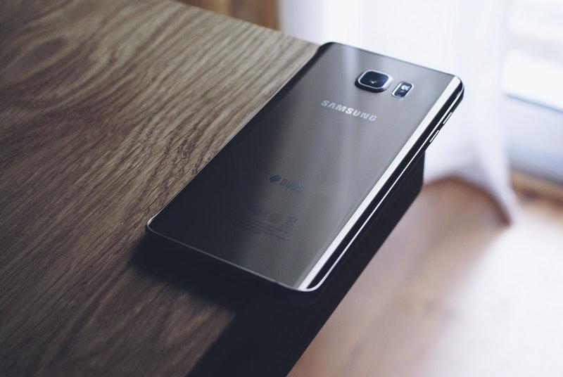 Gambar Samsung di Meja