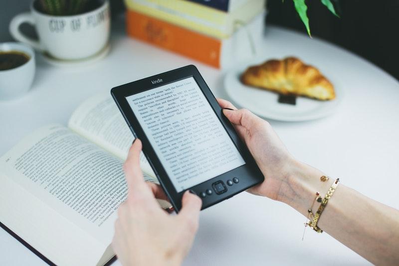Gambar seseorang memegang Kindle