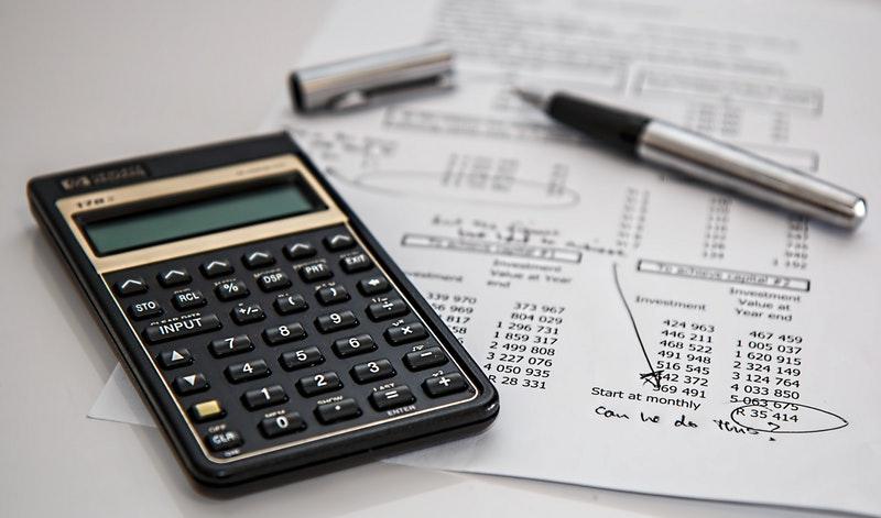 Gambar kalkulator dan laporan keuangan