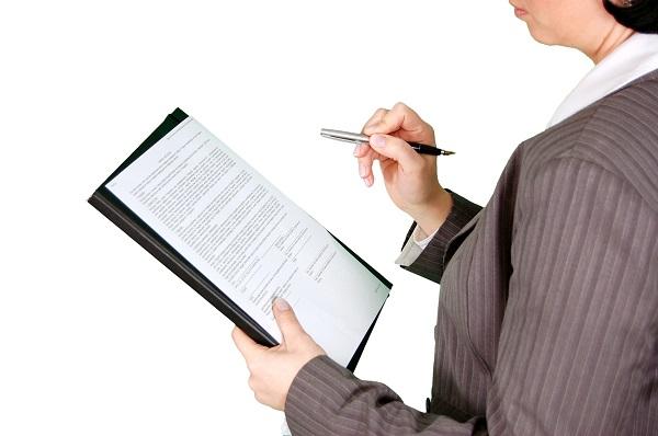 Seseorang sedang membaca surat kerjasama