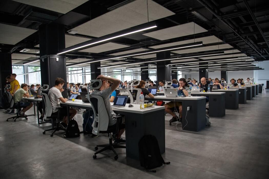 Kantor dan karyawan di startup