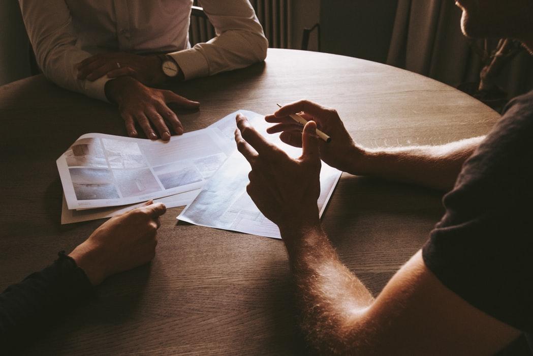 Sedang berdiskusi mengenai bisnis plan.