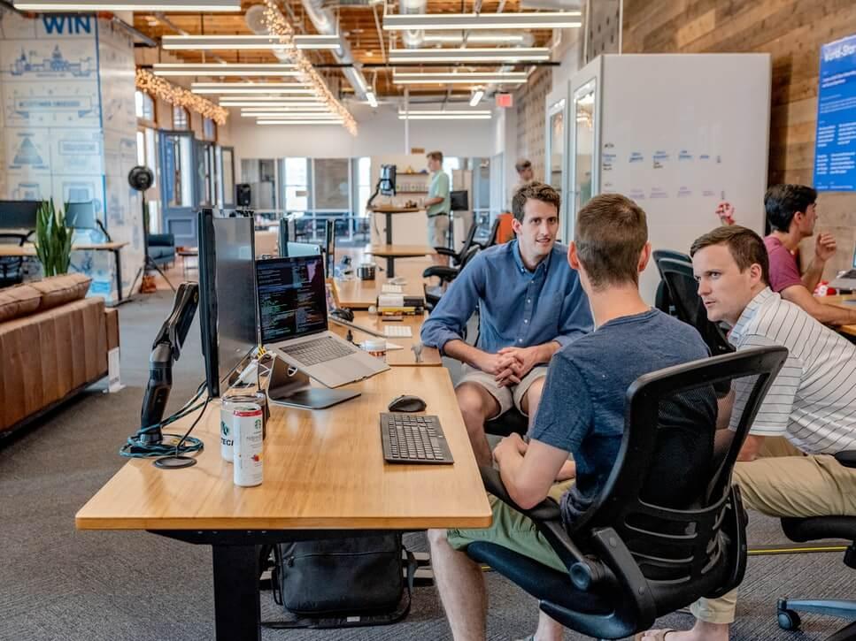 Gambar seorang sedang berdiskusi di startup
