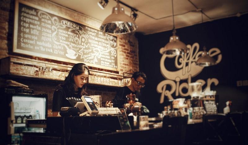 Gambar seseorang di kedai kopi