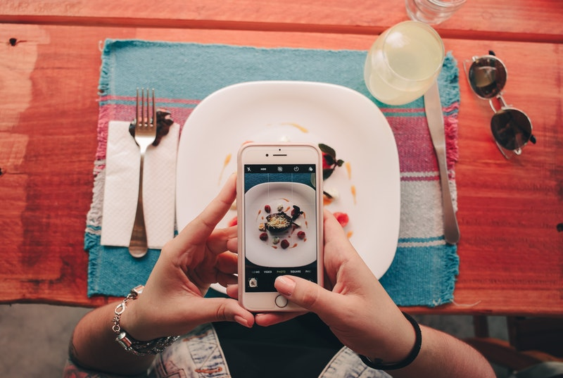 Seseorang sedang foto makanannya