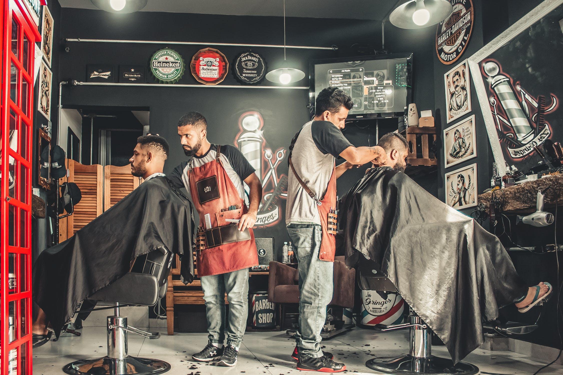 Barbershop dengan pegawainya